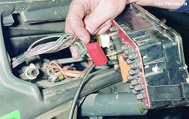 Отсоединение колодки проводов от комбинации низкой панели приборов