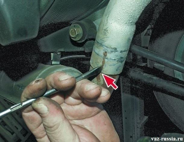 Разжатие с помощью отвертки лепестков губ глушителя
