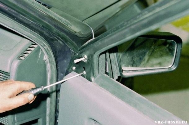 Отворачивание винтов крепления бокового зеркала