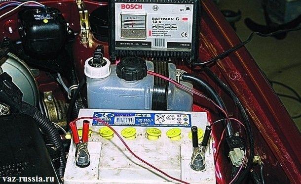 Зарядка зарядным устройством аккумулятора