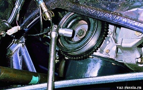 Проворачивание коленвала при помощи головки за болт крепления шкива генератора