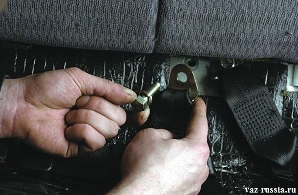 Повторная установка замка, удерживающего ремень безопасности