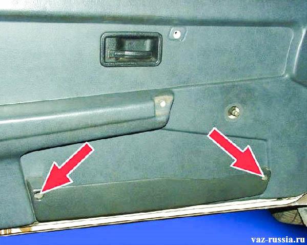 Стрелками указаны винты, которые крепят нижнюю полку к обшивки
