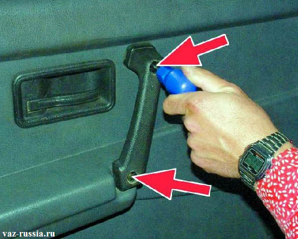 Заворачивание двух винтов, которые крепят ручку двери