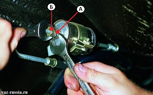 Отворачивание гаек крепления штуцера к топливному фильтру