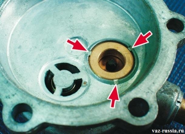 Стрелки указывающие на клапан верхнего корпуса насоса