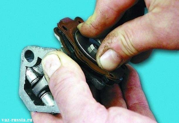 Проворачивание металлического кольца диафрагменного узла