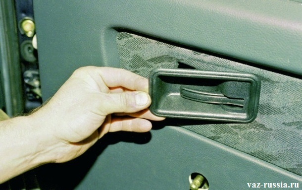 Установка накладки ручки открывания двери