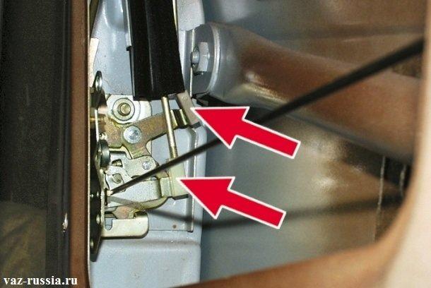 На фото изображены две тяги, внутреннего замка ручки