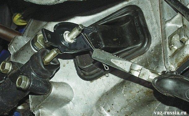 Извлечение шплинта из толкателя рабочего цилиндра