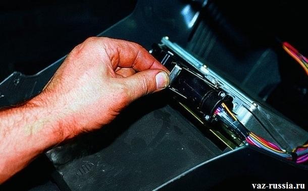 Отгибание стопорной скобы основной колодки проводов контроллера