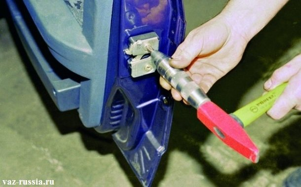 Выворачивание верхнего винта крепления замка, последствием приставления поворотной отвертки к винту, и ударом по ней