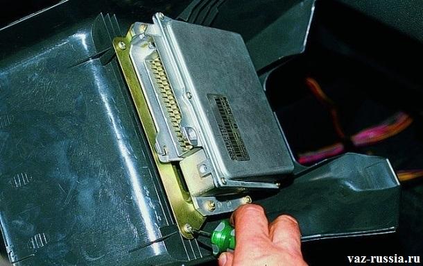 Отворачивание винта крепления планки контроллера к нижний накладки