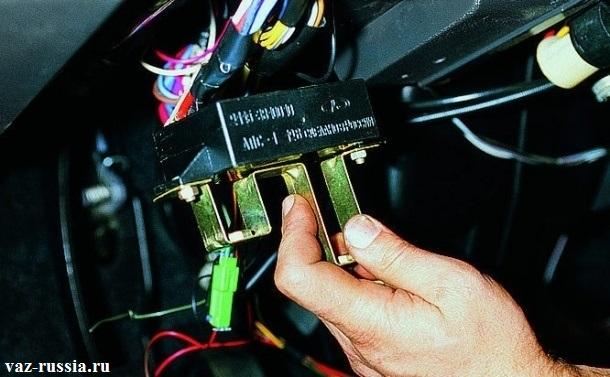 Снятие блока иммобилайзера, с нижней панели приборов