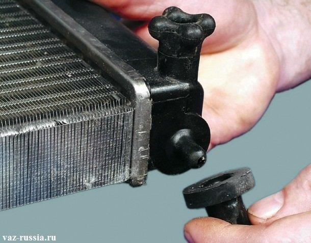 Снятие подушки, с боковой нижней части радиатора