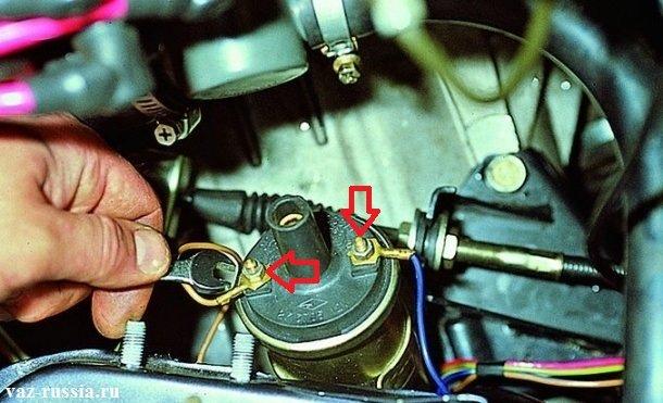 Отворачивание двух гаек, которые крепят кончики проводов, к клеммам катушки