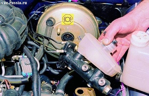 Снятие главного тормозного цилиндра, с установленным на нем тормозным бачком