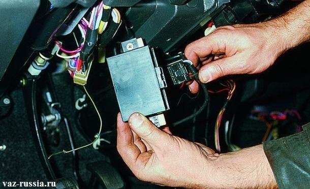 Отсоединение колодки проводов, от блока иммобилайзера, и последующие его снятие с автомобиля