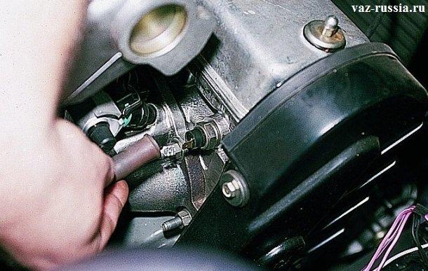 Снятие провода вместе с защитным чехлом, с датчика