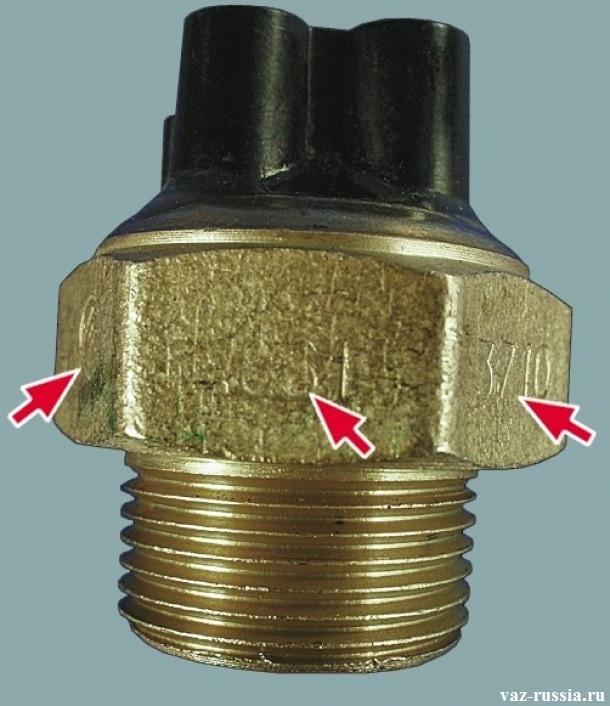 Стрелками указаны маркировки, которые нанесены на гранях датчика