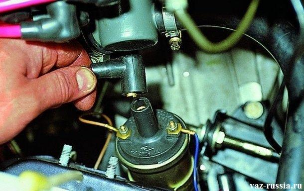 Отсоединение высоковольтного провода, от центральной части катушки