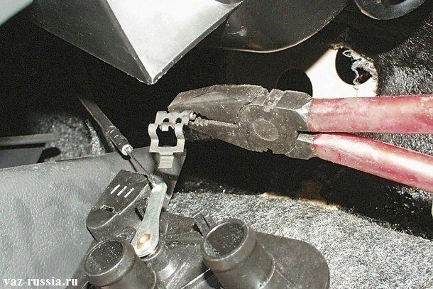 Снятие скобы тяги привода, удерживая при этом кран рукой