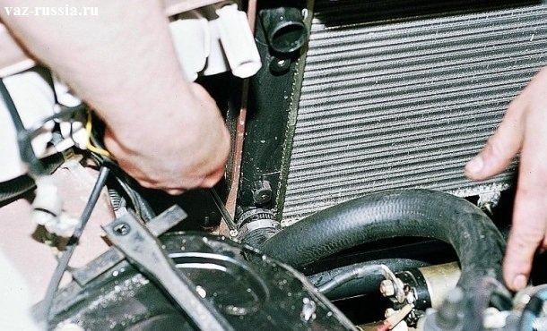Ослабление отверткой хомута, удерживающего нижний шланга, на патрубке радиатора
