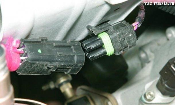 Разъединение между собой жгута проводов датчика, и колодки