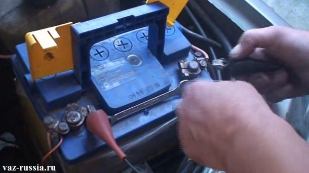 Одевание зажима «массы» стробоскопа, на аккумуляторную батарею, к клеме «минус»