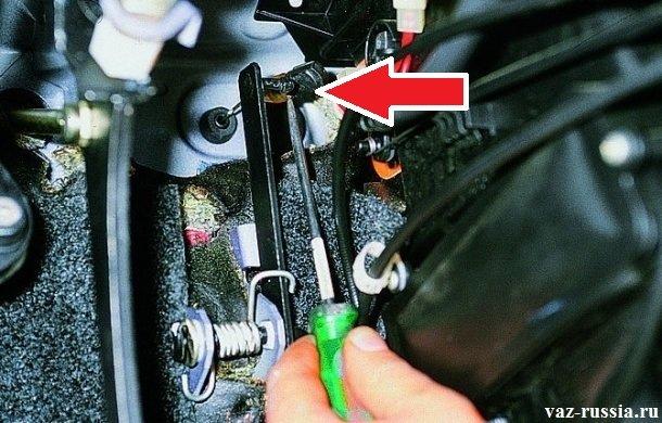 Отсоединение последнего кончика троса, от кронштейна который располагается на педали газа