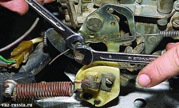 Отворачивание крепления тяги к рычагу управления дроссельной заслонкой, при помощи двух ключей