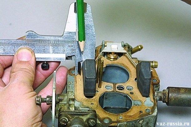Установка отметки на металлической прокладки при помощи карандаша