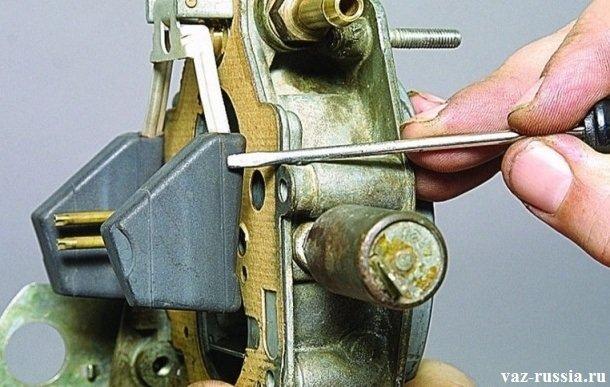 Проверка поплавков на ровность, относительно металлической прокладки крышки карбюратора