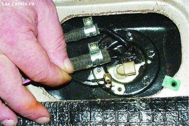 Клема провода массы, которую нужно снять с одной из шпилек бензобака