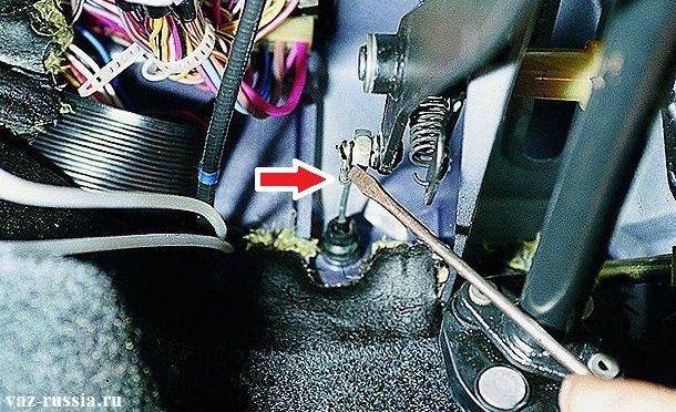 Поддевание отверткой стопорной скобы привода сцепления