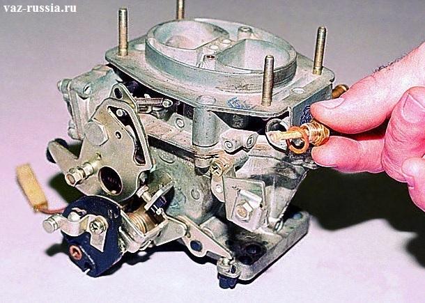 Извлечение пробки фильтра из отверстия которое находится в крышке карбюратора