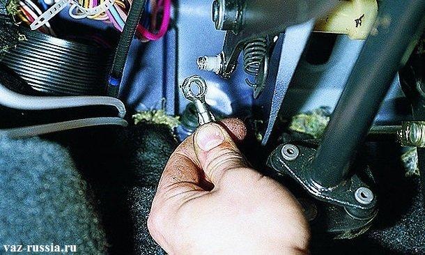 Отсоединение верхнего кончика троса, от пальца педали