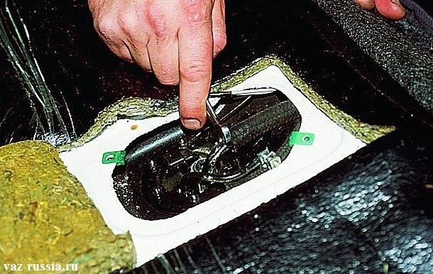 Накидывание «зева» гаечного ключа на трубку и за счет этого дальнейшие снятие шланга