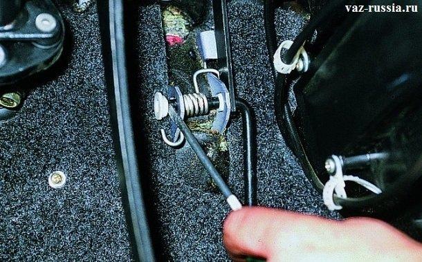 Извлечение втулки из загнутого кончика, который располагается по ходу педали газа