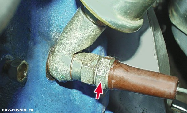 Стрелка указывает на датчик контрольный лампы давления масла, который расположен с левой стороны на блоке