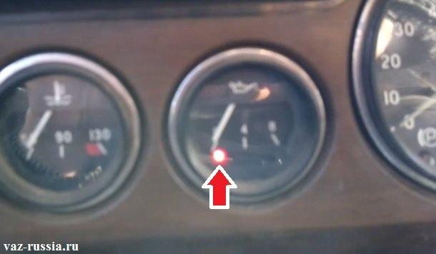 Стрелка указывает на контрольная лампу которая следит за давления масла в системе