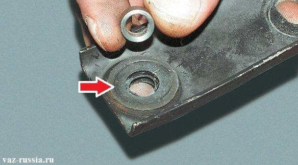 Снятие дистанционной и резиновой втулки, для проверки их состояния