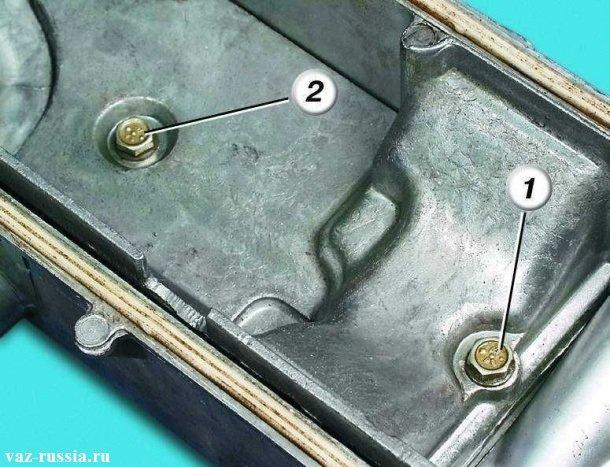 Цифрой «1» - указан короткий болт крепления маслоотделителя. Цифрой «2» - указан длинный болт крепящий так же корпус маслоотделитель. При обратной установке маслоотделителя, болты заворачивайте строго с их местоположением