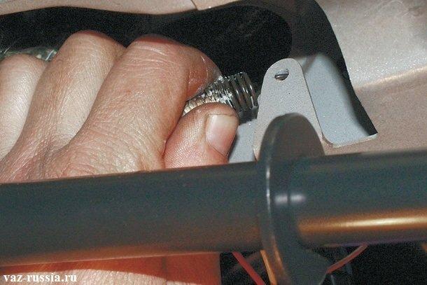 Отсоединение кончика пружины педали тормозов от кронштейна