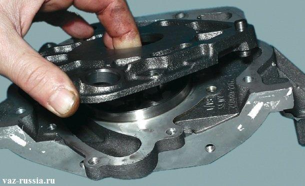 Поддевание отверткой и аккуратное снятие корпуса маслонасоса с крышки
