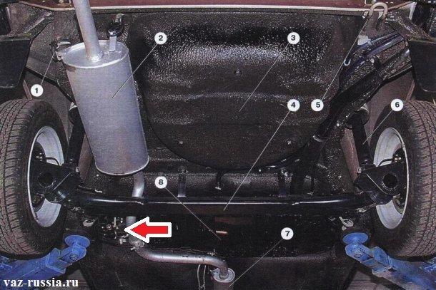 Стрелкой показано где находится регулятор давления на современных автомобилях. Именно на этой фотографии изображена «ВАЗ 2109».