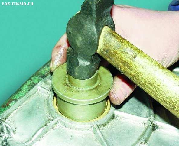 Запрессовывание сальника при помощи молотка и специальной оправки подходящего диаметра