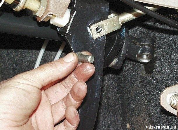 Извлечение пальца из отверстия тормозной педали