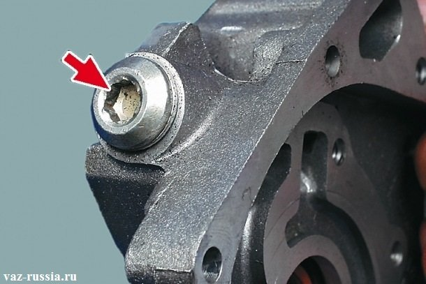 Стрелкой указана пробка редукционного клапана, которую нужно отвернуть