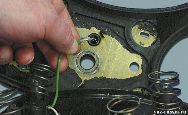 Отсоединение проводов от вывода контактного кольца звукового сигнала
